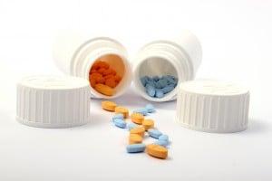 Bunte Pillen aus Döschen orange blau